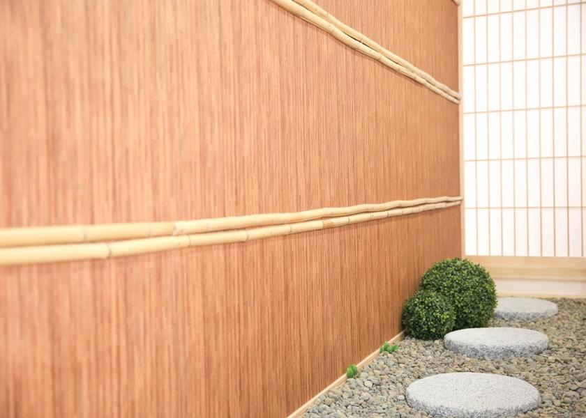 和傘やショールが似合う場所。室内にいながらお出掛け気分♪